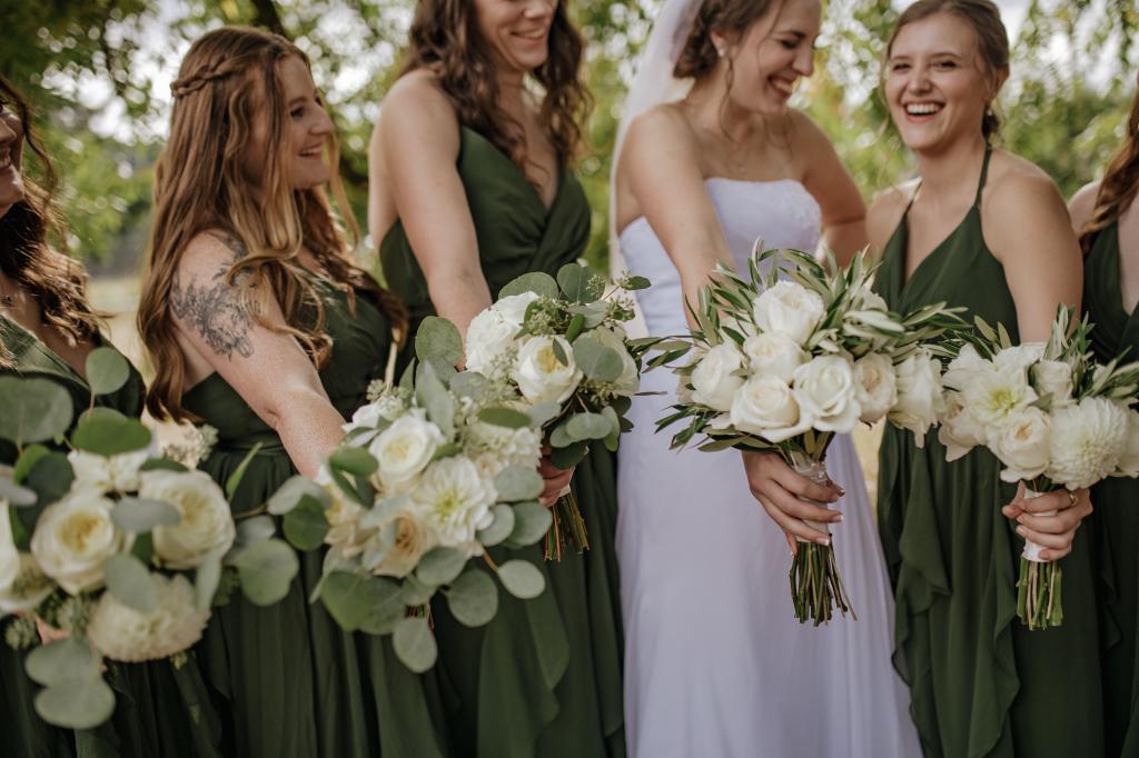 vineyard chic wedding, classic white wedding, romantic flowers, elegant romantic flowers, portland wedding florist, portland wedding flowers, oregon wedding florist, oregon wedding flowers