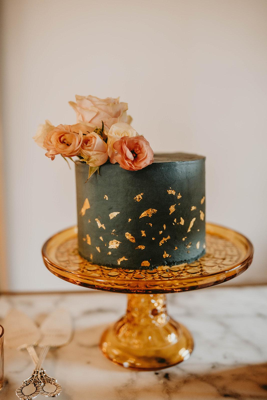 wedding cake, oregon wedding cake, portland wedding cake, simple cutting cake, cake flowers, oregon florist, portland florist, portland wedding flowers, portland wedding florist